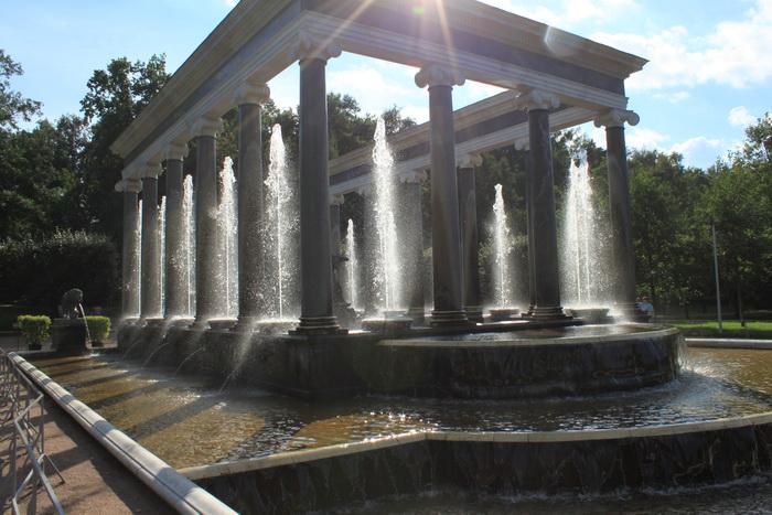 Петергоф. Фонтан с колоннами.
