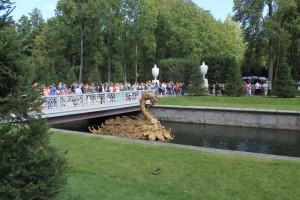 Петергоф. Толпы туристов у морского канала.