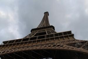 Париж. Эйфелева башня. Вид снизу.