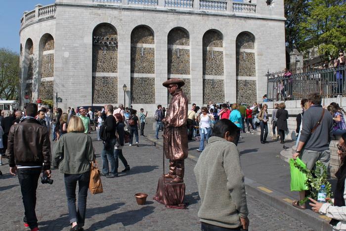 Париж. Монмартр. Уличные актеры и мимы.