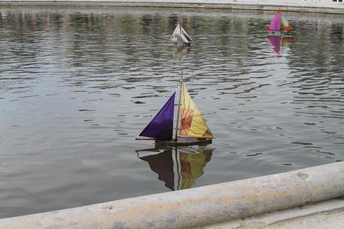 Париж. Парк Тюильри. Кораблики в фонтане.