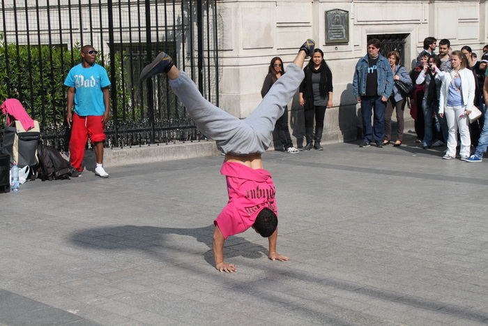 Париж. Елисейские поля. Уличные танцоры.
