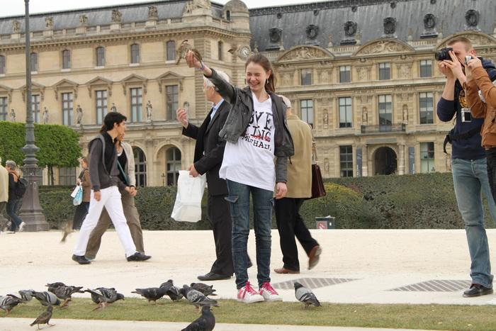 Париж. Парк Тюильри. Девочка боялась до смеха.