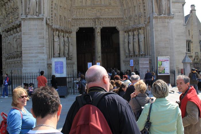 Париж. Очередь перед собором Нотр-Дам де Пари.