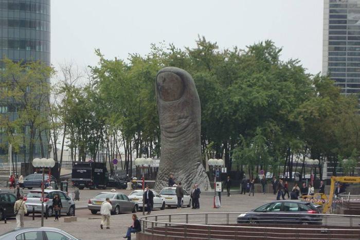 Париж. Дефанс. Памятник Большому пальцу.