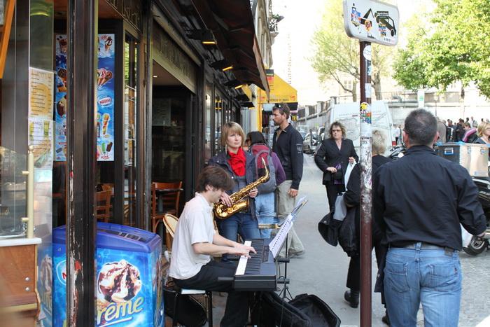 Париж. Монмартр. Уличные музыканты.