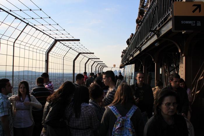 Париж. Сетка безопасности на Эйфелевой башне.