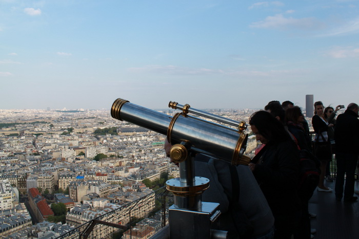 Париж. Эйфелева башня. Подзорные трубы.