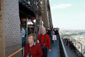 Париж. Посетители Эйфелевой башни.