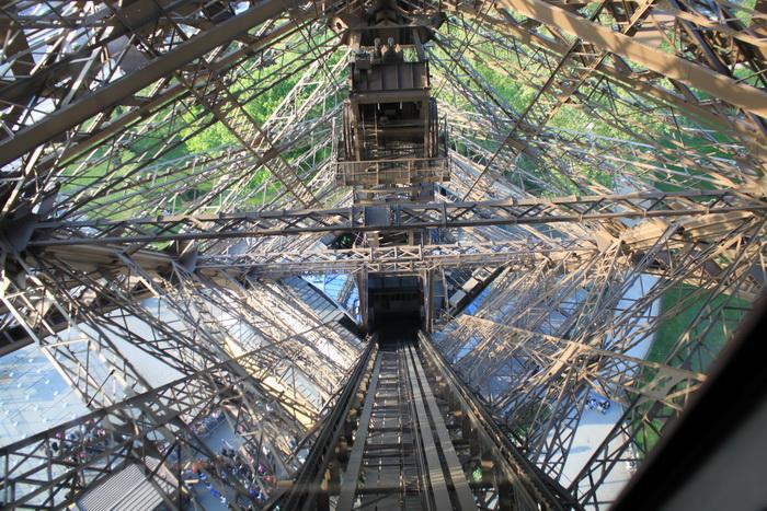 Париж. Эйфелева башня. Лифт.
