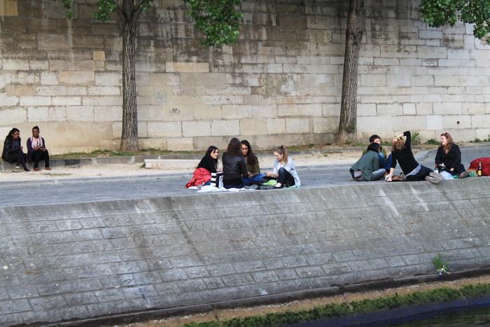 Париж. Сена. Отдыхающая молодежь.