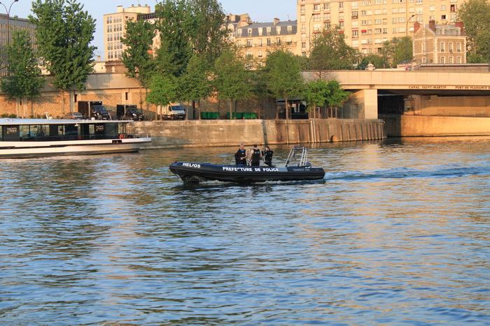 Париж. Сена. Полицейские водолазы.