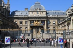 Париж. Дворец Правосудия и очередь за билетами.