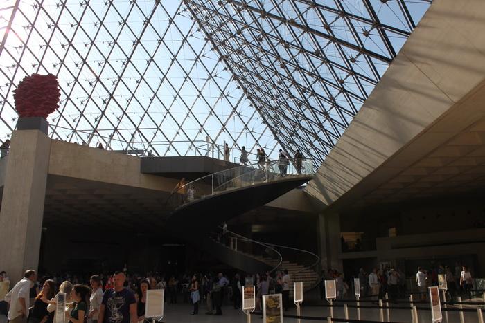 Париж. Лувр. Под пирамидой.