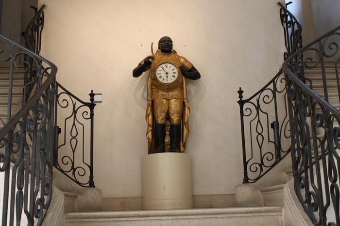 Париж. Музей Карнавале. Пузатые часы.