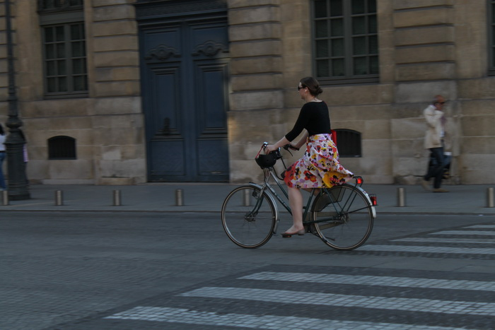 Париж. Вандомская площадь. Девушка на велосипеде.