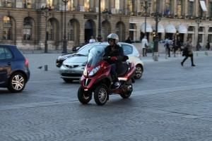 Париж. Вандомская площадь. Трехколесный скутер.