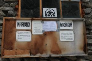 Киргизия. Хижина Рацека. Информационный стенд.