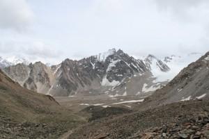 Киргизия. Вид вниз по дороге к пику Адыгене.