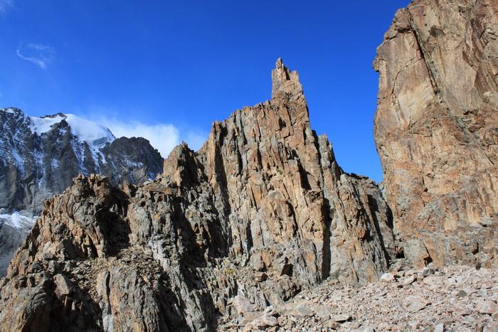 Киргизия. Скалы по дороге к пику Учителя. Сентябрь.