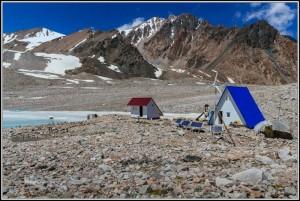 Киргизия. Озеро Адыгене. Домик гляциологов.