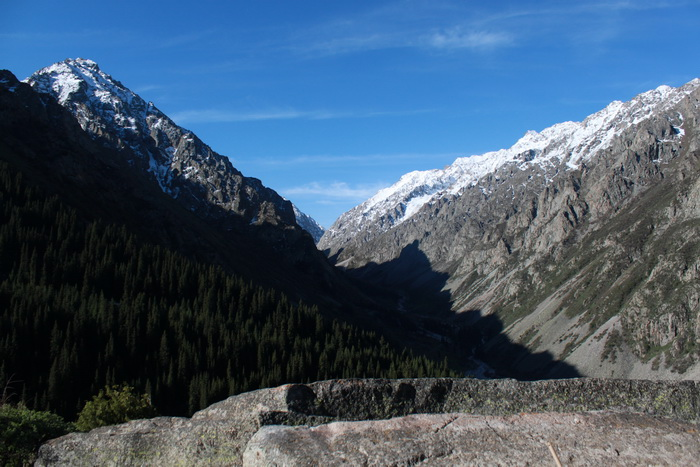 Киргизия. Вид на Ала-Арчу с Тарасика. Май.