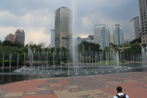 Куала-Лумпур. KLCC. Фонтаны у подножия башен Петронас.