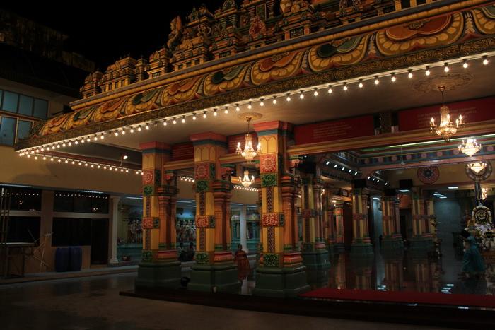Куала-Лумпур. Внутреннее убранство храма Шри Махамариамман.