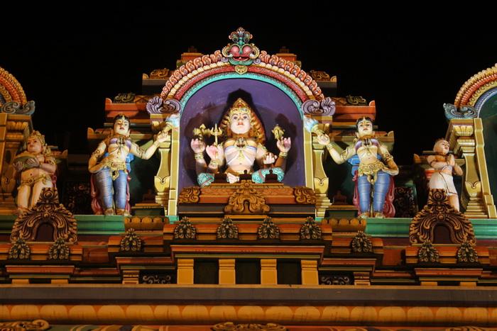 Куала-Лумпур. Храм Шри Махамариамман. Скульптуры богов.