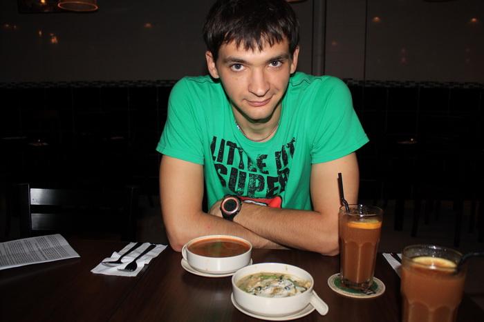 Куала-Лумпур. Пробуем суп том-ям в тайском ресторанчике.
