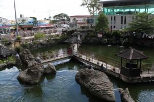 Куала-Лумпур. Пещеры Бату. Вид на пруд из храма.