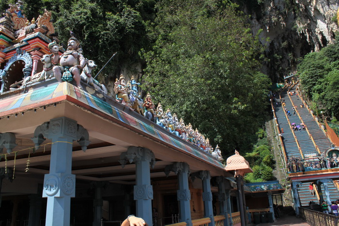 Куала-Лумпур. Пещеры Бату. Фигурки богов на крыше храма.