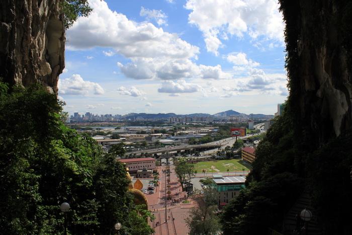 Куала-Лумпур. Пещеры Бату. Вид из храмовой пещеры на панораму города.