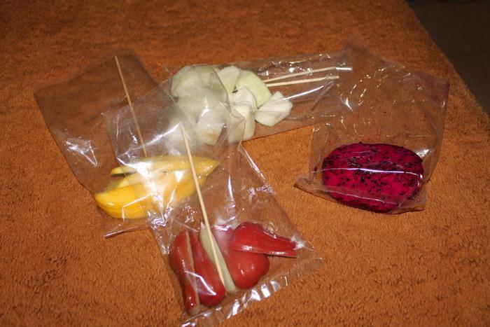 Куала-Лумпур. Экзотические фрукты в пакетиках.