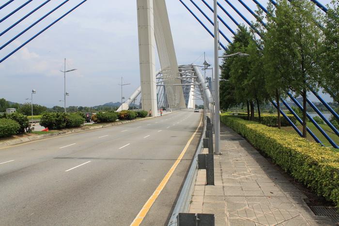 Путраджая. Мост перед въездом в город.