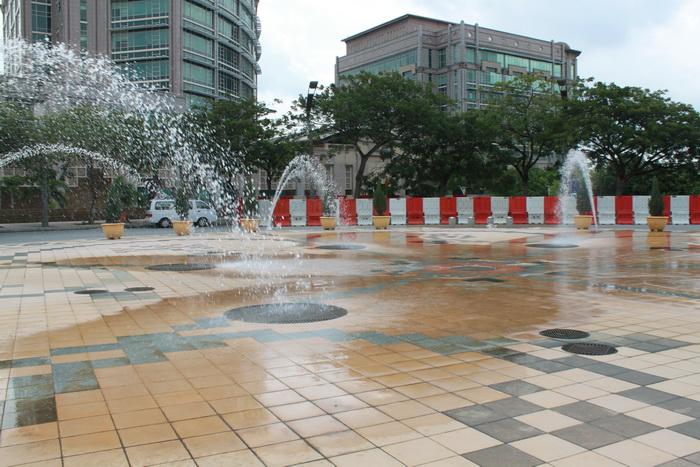 Путраджая. Освежающие фонтаны.