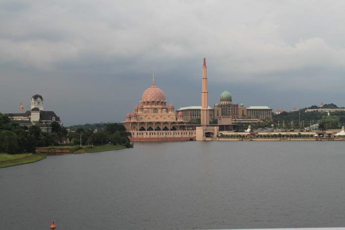 Путраджая. Мечеть Путра и дворец премьер-министра.