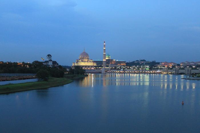 Путраджая. Мечеть Masjid Putra вечером.