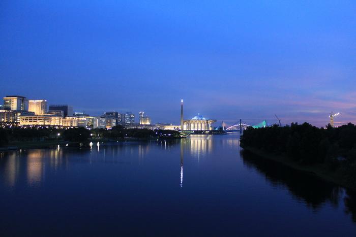 Путраджая. Ночная подсветка города.