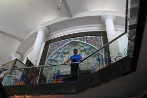 Куала-Лумпур. Перед входом в башню Менара.