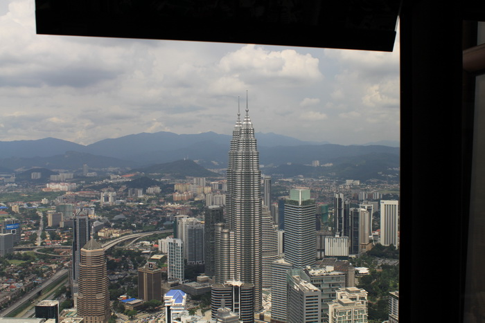 Куала-Лумпур. Вид с телевышки Менара. Башни Петронас.