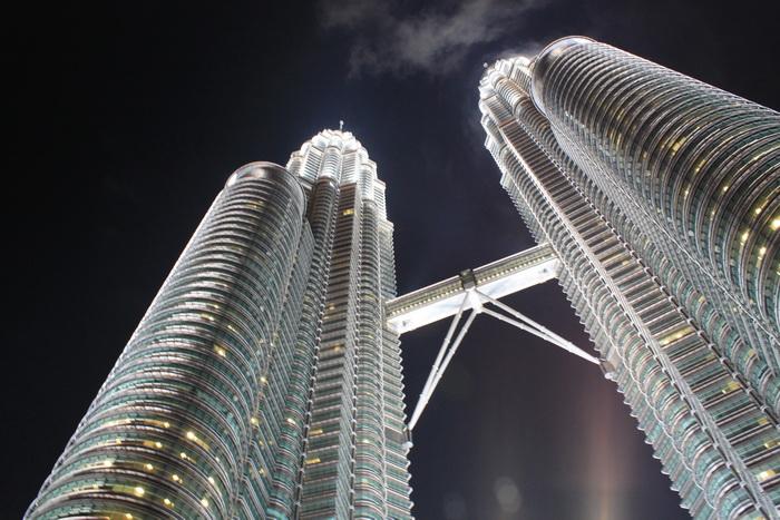 Куала-Лумпур. Башни близнецы Петронас ночью.