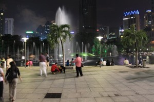 Куала-Лумпур. Фонтаны у подножия KLCC.