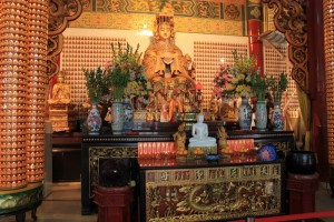 Куала-Лумпур. Алтарь богини Tian Hou в храме Thean Hou.