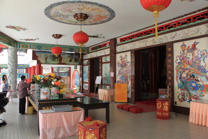 Куала-Лумпур. Перед алтарем храма Thean Hou.