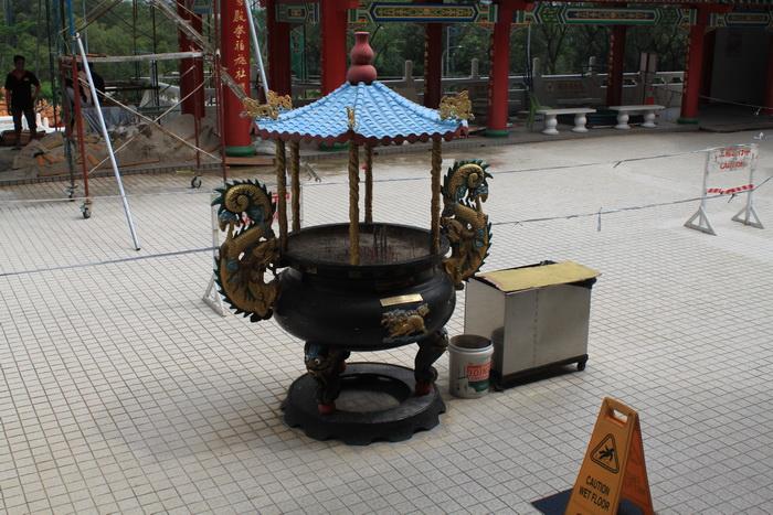 Куала-Лумпур. Ваза с песком для ароматических палочек в храме Thean Hou.