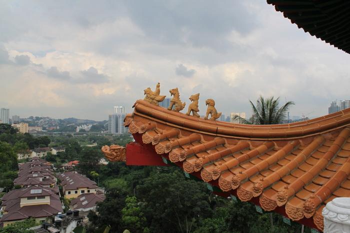 Куала-Лумпур. Фигурки на крыше Thean Hou.