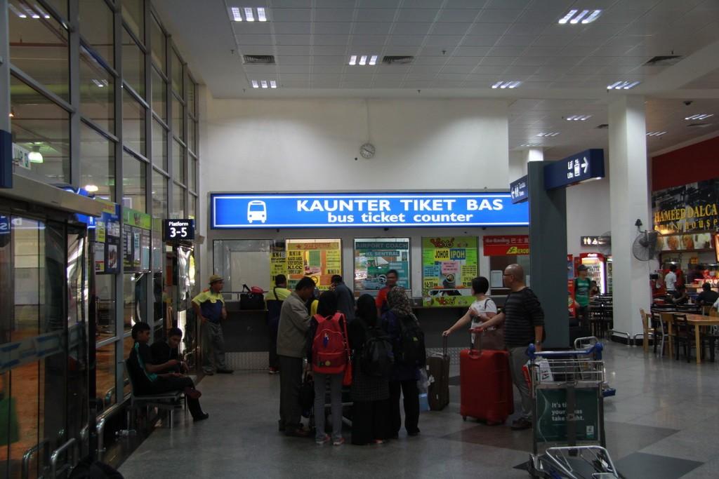 Аэропорт Куала-Лумпура. Кассы билетов на автобус.