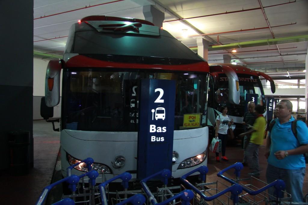 Аэропорт Куала-Лумпура. Автобус в город.