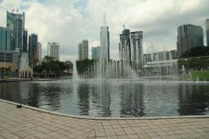 Куала-Лумпур. Фонтаны на фоне небоскребов.